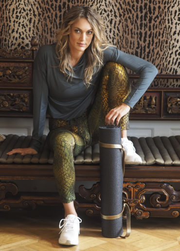 Yoga Hoodie Sheeva olive_Yoga Leggings Devi Snake olive multicolor_yogini relaxed on bali sofa before class