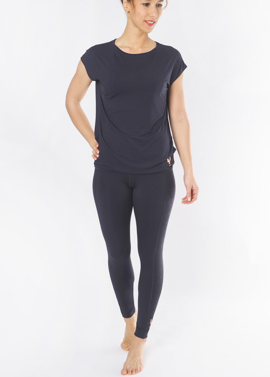 Yoga Top Varuna Anthracite front view mood-Kismet Yogastyle